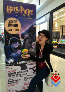 Foto ao lado do cartaz do evento